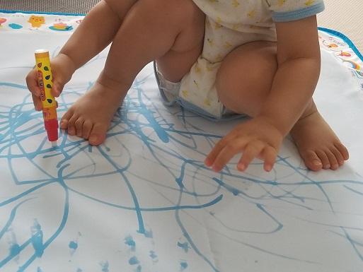 水で描ける「スイスイおえかき」で遊ぶ1歳