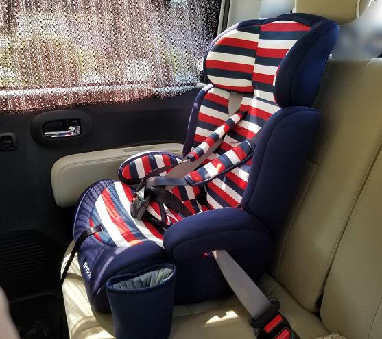 Nebioポップピットのジュニアシート(軽自動車に装着した様子)
